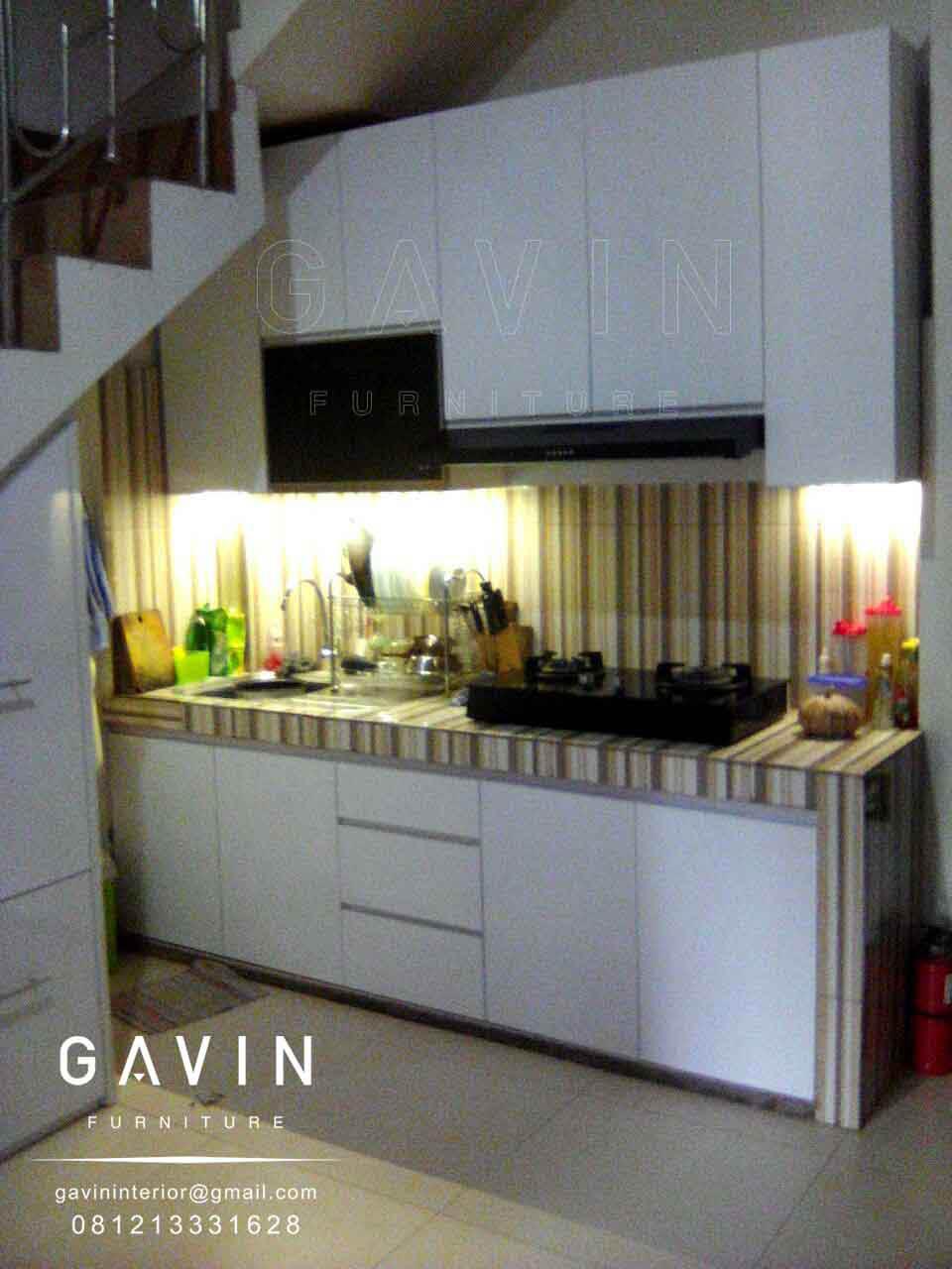desain lemari dapur bawah tangga
