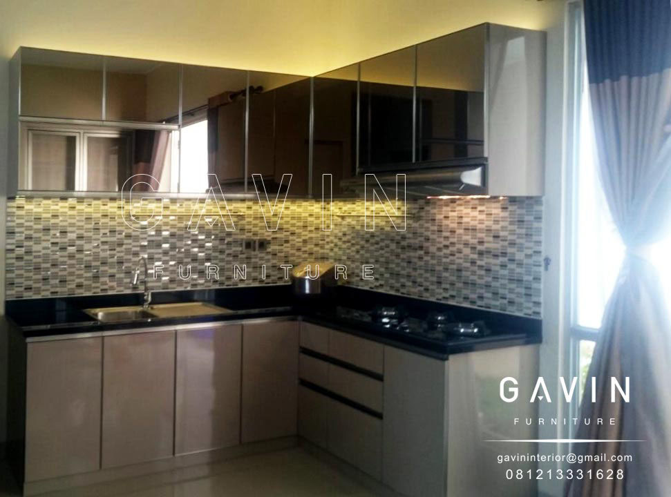 Lemari dapur kaca memberi kesan luas pada ruangan for Kitchen set aluminium modern