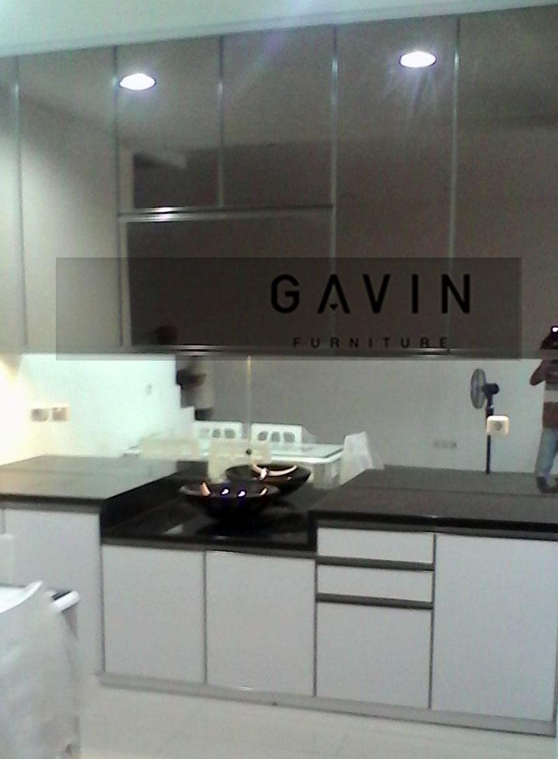 lemari dapur bersih dengan cermin