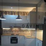 lemari dapur minimalis warna putih hpl