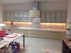 kabinet dapur pintu kaca kombinasi finishing HPL