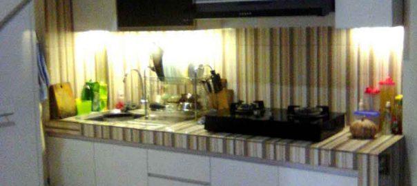 Lemari Dapur Bawah  Tangga Memanfaatkan Ruangan Sempit
