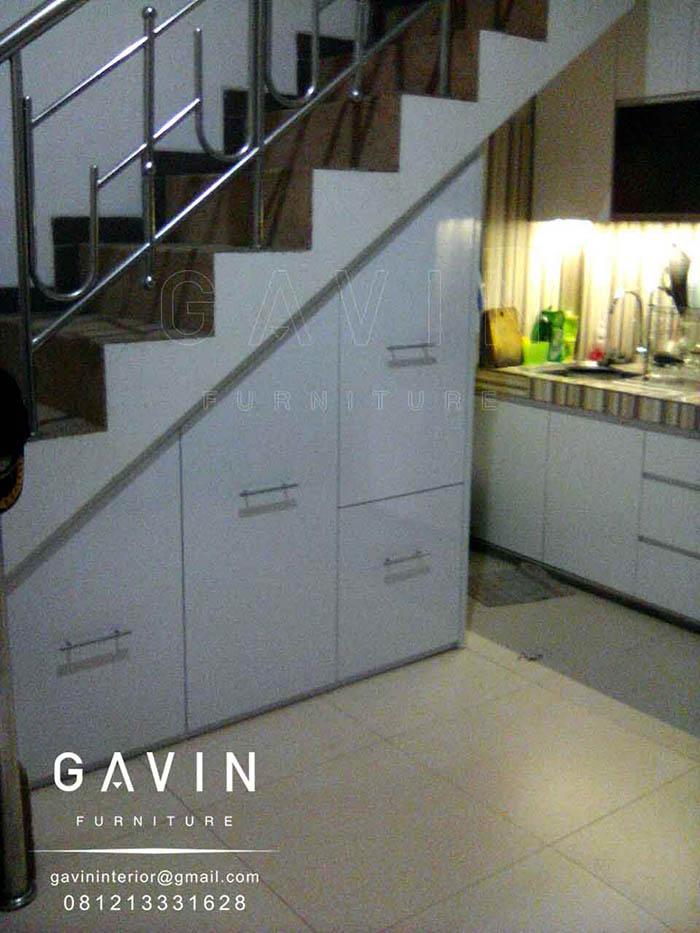 contoh lemari dapur bawah tangga minimalis by gavin furniture